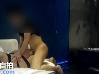 صينية غنية بتجيب رجالة علشان يكيفوها في الفندق