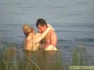 كاميرا خفية بتصور شاب وحبيبته في بحيرة