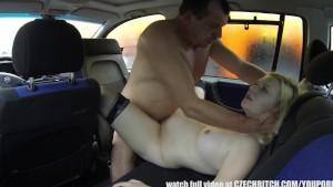 شرموطة حامل بتتناك في السيارة