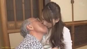 عجوز ياباني مع بنت مراهقة هيجانة